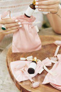 Materiálové sáčky jsou velmi elegantním obalem pro kosmetiku.
