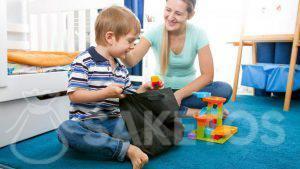 1.Chlapec vytáhne stavebnice z látkového sáčku.