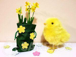 Velikonoční sáček zdobený samolepicími květinami
